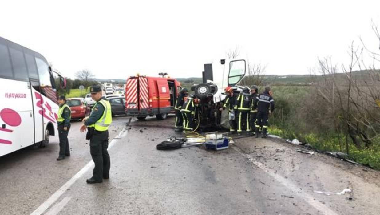 Dos muertos y dos heridos en una colisi n entre una for Furgonetas en cordoba
