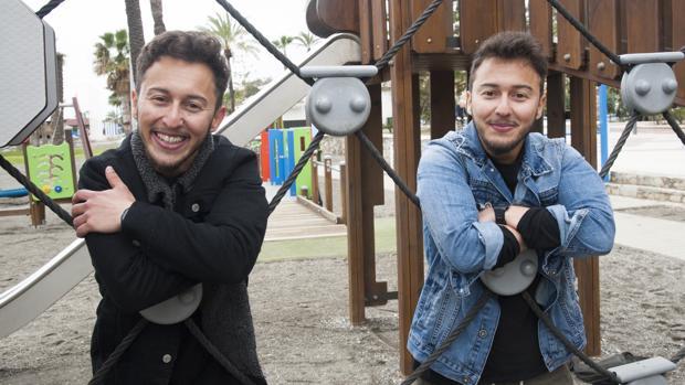 Mateo y Lucas Ocón, en un parque de Torre del Mar, en Málaga