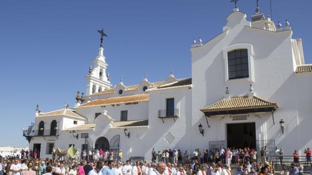 La ermita de la Virgen del Rocío recibe millones de visitantes al año