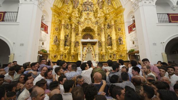 Almonteños ante la reja momentos antes de la procesión de la Romería del Rocío 2017