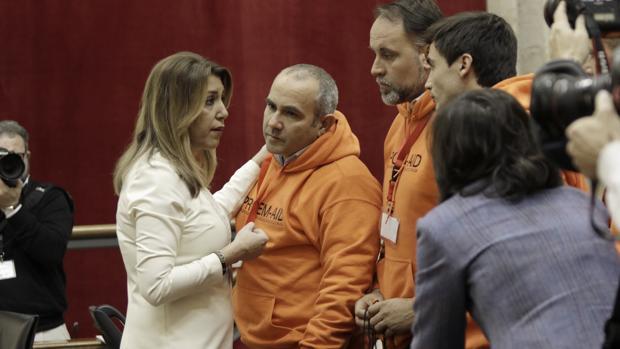 La presidenta de Andalucía, Susana Díaz, hablando con los bomberos encausados en Lesbos
