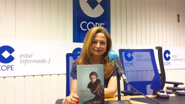 Carmela Díaz con su libro