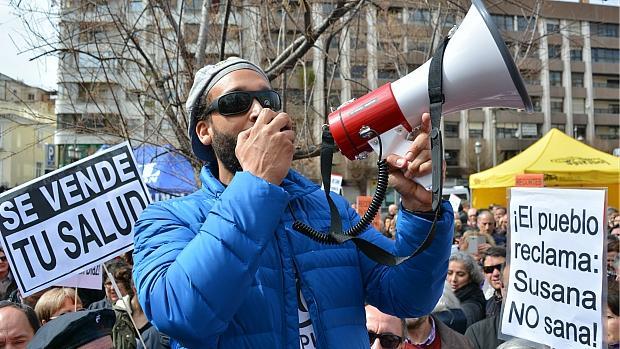 El médico Jesús Candel, conocido como Spiriman, en una manifestación en Granada.