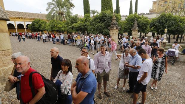 Cola de turistas en la Mezquita