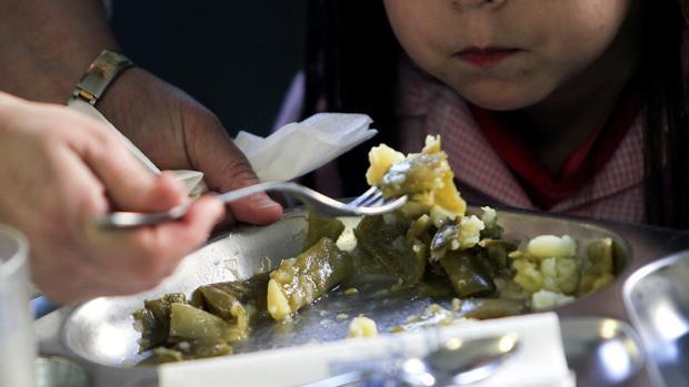 Un menor come en un comedor escolar
