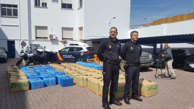 Los comisarios de Algeciras y La Línea, ante parte de la droga intervenida.