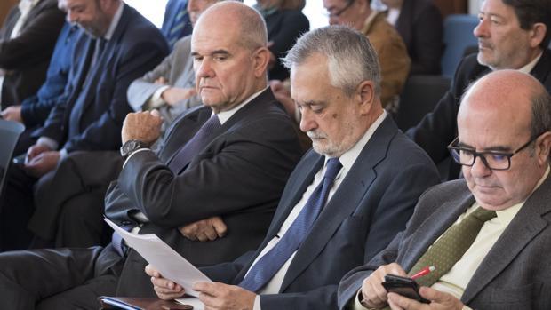 Manuel Chaves mira de reojo un papel que está leyendo José Antonio Griñán, durante el juicio del caso ERE