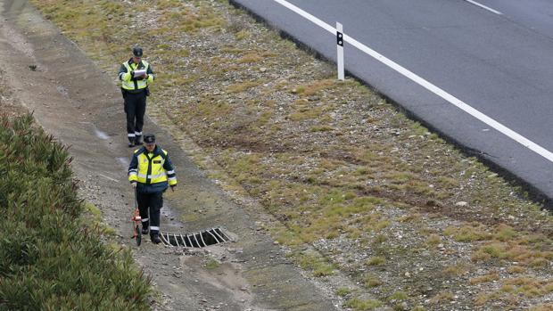 Imagen de archivo de unos agentes recabando información tras un accidente de tráfico