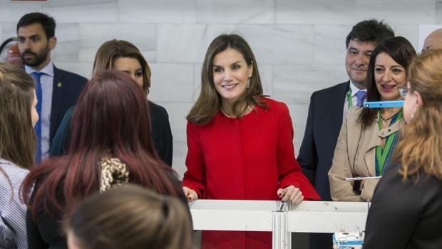 La reina Letizia, acompañada por la presidenta de la Junta de Andalucía, Susana Díaz