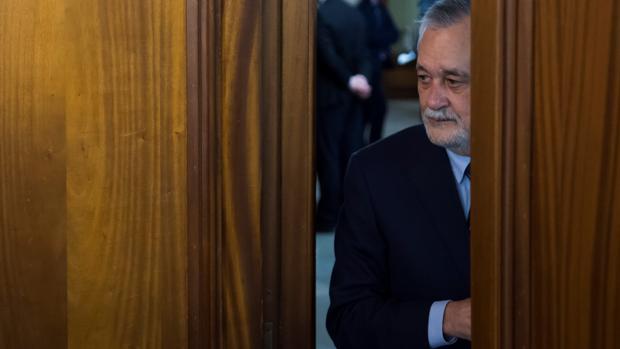 José Antonio Griñán, expresidente de la Junta de Andalucía, llegando a la sala de la Audiencia de Sevilla