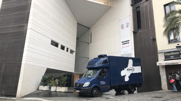 Fachada del Centro Lorca en Granada, a la llegada del camión con parte del legado del poeta.