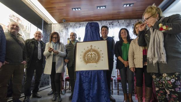 Los miembros de la comisión encargada de la elaboración de la corona presentan el boceto
