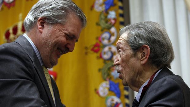El ministro conversa con Manuel Alcántara