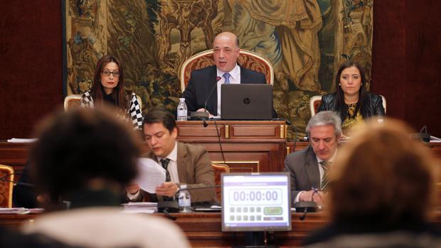 El presidente de la Diputación de Córdoba, Antonio Ruiz, durante un Pleno