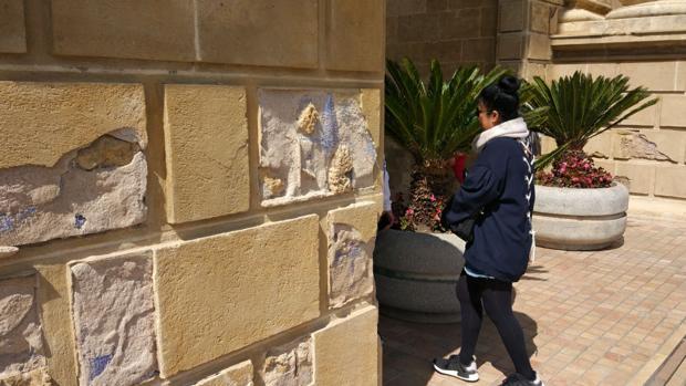 Señales de deterioro en la Puerta del Puente de Córdoba
