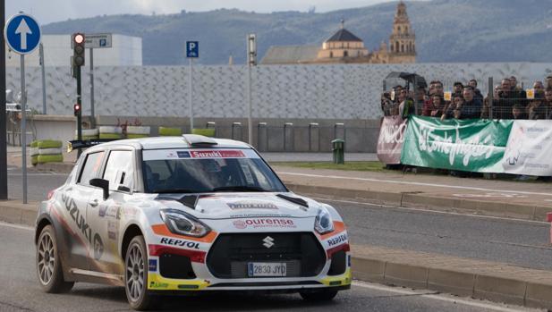 Imagen de uno de los coches en el tramo urbano del Rally Sierra Morena