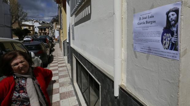 Una mujer observa la esquela de uno de los dos fallecidos en Priego de Córdoba