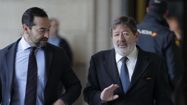 Francisco Guerrero, a la derecha, a su llegada a la Audiencia de Sevilla
