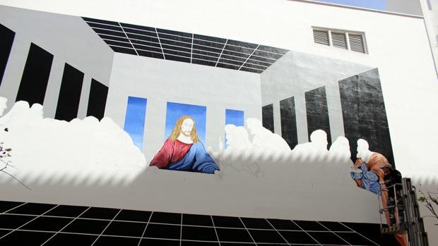 El artista Curro Leyton realizando su obra en Estepona