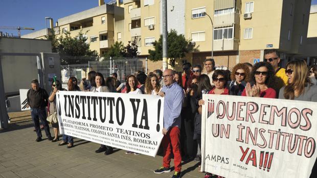 Una de las protestas desarrolladas por los padres de Teatinos ante la falta de previsión de la Junta