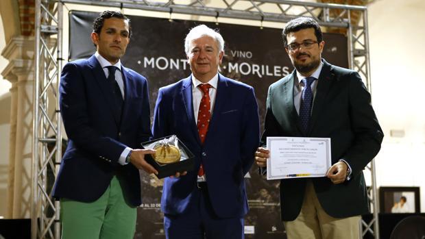 El director de ABC Córdoba recoge el premio de la D. O. Montilla Moriles que reconoce la labor de Gurmé