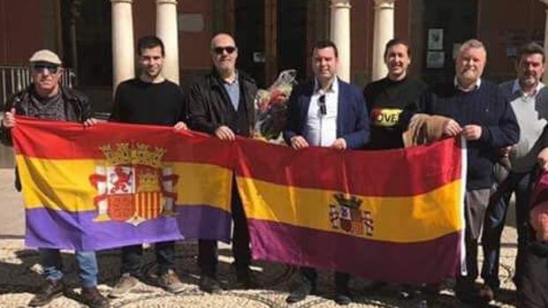 El alcalde de Priego posa, ante el Ayuntamiento, con dos banderas republicanas