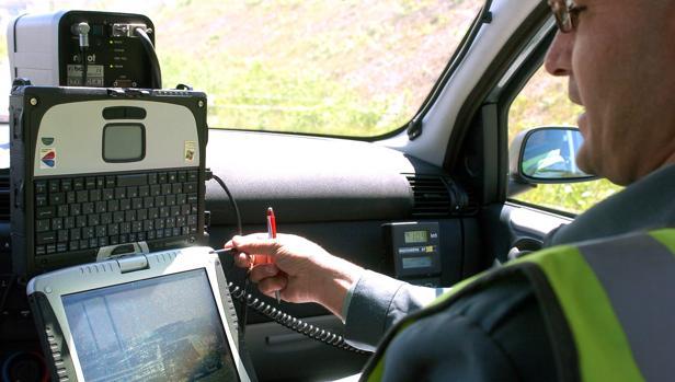 Un guardia civil, en una vigilancia contra el exceso de velocidad