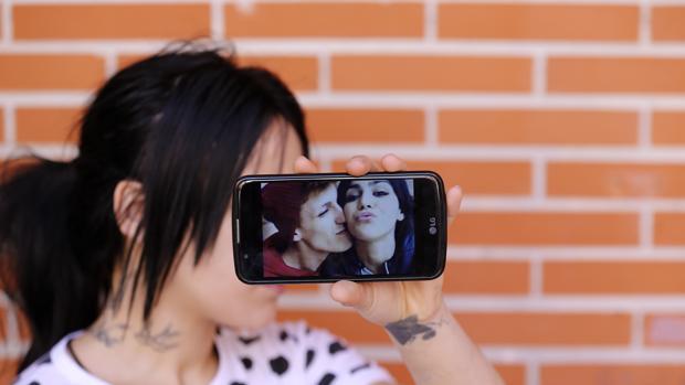 Juan Alberto Ruiz besa a una amiga en una foto de móvil