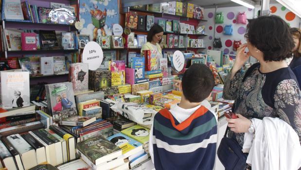 Un expositor de la Feria del Libro de este año