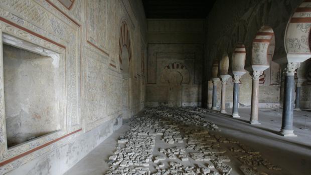 Atauriques en el Salón Rico de Medina Azahara antes de su cierre