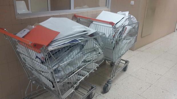 Carros de la compra con cientos de historias clínicas en Torrecárdenas.
