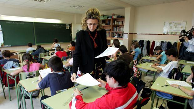 Una profesora reparte una prueba de nivel a sus alumnos