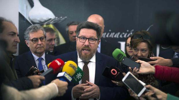 El consejero de Agricultura, Rodrigo Sánchez, en una rueda de prensa