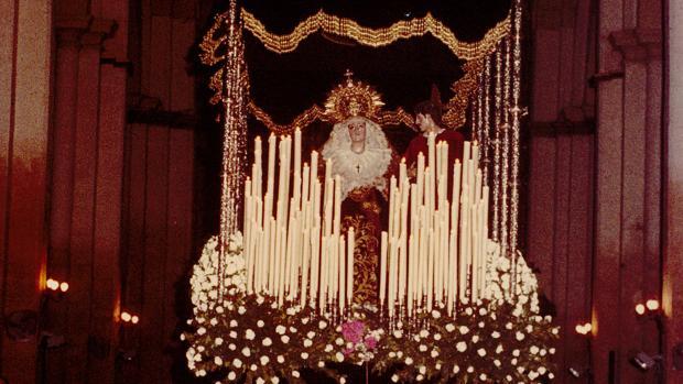 La Virgen de los Desamparados saliendo bajo palio desde San Pedro