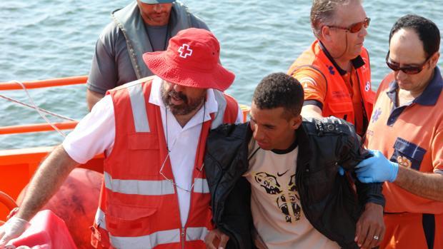 Imagen de archivo de inmigrantes llegados a la costa de Huelva