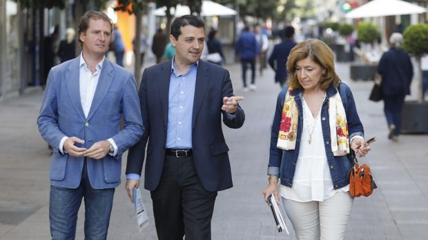 El alcaldable popular, José María Bellido, esta mañana en Cruz Conde con ediles del PP