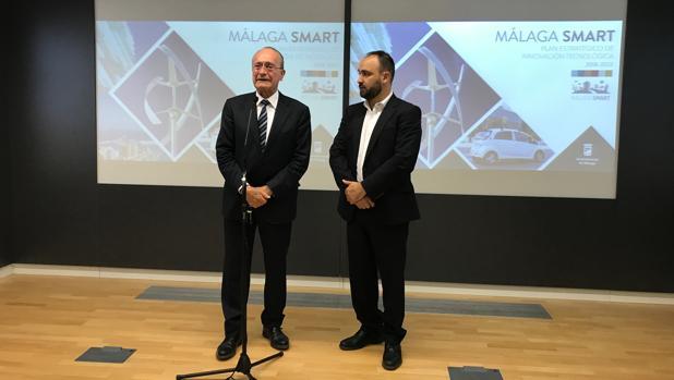 El alcalde, Francisco de la Torre, junto al concejal de Nuevas Tecnologías, Mario Cortés