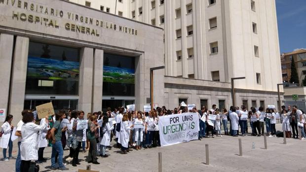 Los MIR, este viernes, a las puertas del Hospital Virgen de las Nieves de Granada.