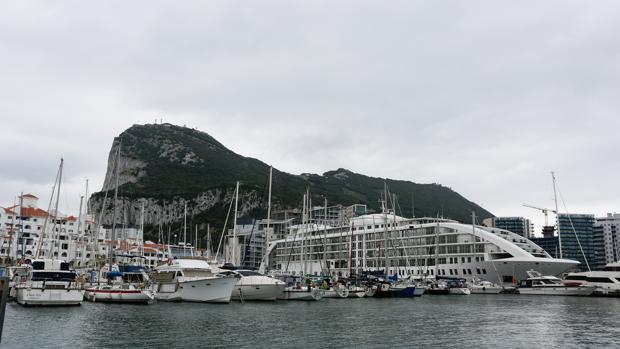 Yates atracados en la terminal de cruceros de Gibraltar