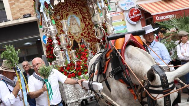 El Simpecado de la hermanda de Lucena a su salida de la ciudad rumbo al Rocío