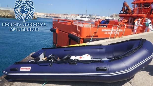 Imagen de la pequeña embarcación neumática en la que viajaban los inmigrantes.