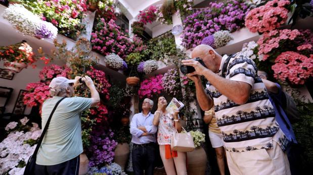 Varias personas fotografían uno de los patios de la ruta de Santa Marina y San Agustín