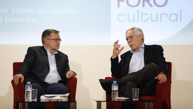 José Calvo Poyato y Antonio Pérez Henares, durante el Foro Cultural de ABC Córdoba
