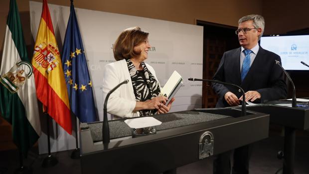 El portavoz del Ejecutivo andaluz, Juan Carlos Blanco, junto a la consejera de Igualdad y Políticas Sociales, María José Sánchez Rubio