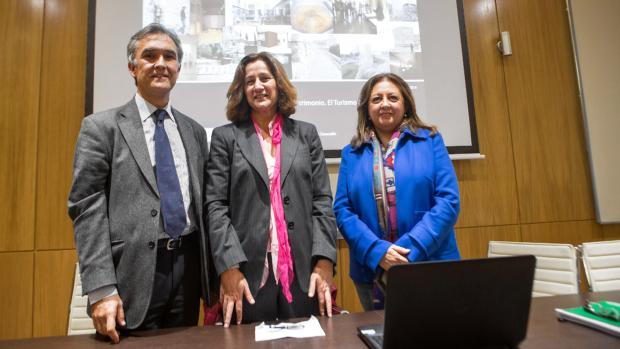 La exdirectora de la Alhambra, a la derecha, en la presentación del Máster de Museología de la Universidad de Granada que recibió una subvención sin justificar