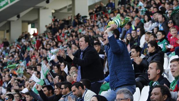 La afición del Córdoba anima al equipo en El Arcángel