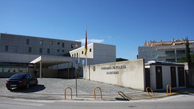 Imagen de la comisaría de Algeciras, en cuyos calabozos permanece el detenido
