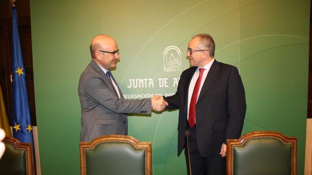 El directivo de Endesa José Luis Pérez Mañas junto al delegado de Economía
