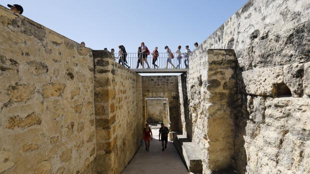 Un grupo de turisyas en el yacimiento omeya de las afueras de Córdoba