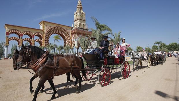 Varios eganches junto a la portada de la Feria de Córdoba del año pasado